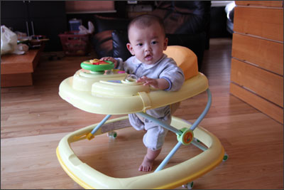 歩行器で遊ぶ息子