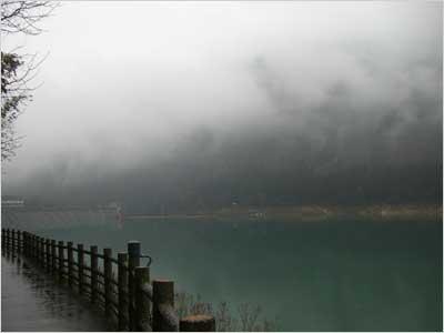 霧の赤谷湖