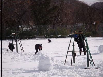 コートで雪遊び