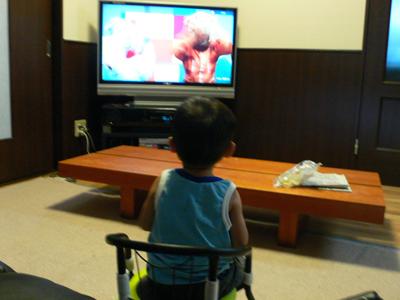 DVDを見る息子