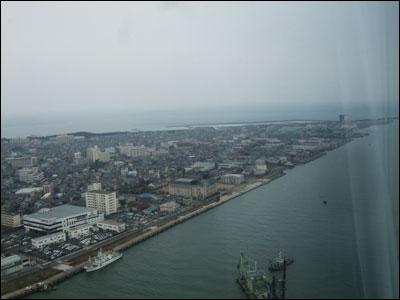 眼下に望む信濃川と日本海