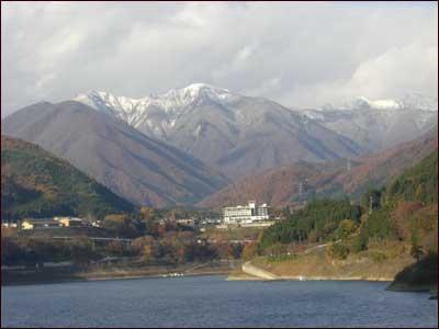 赤谷湖から見る雪化粧
