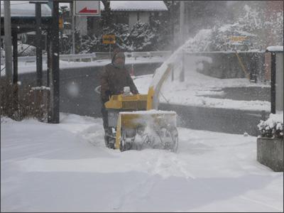 雪をかく社長