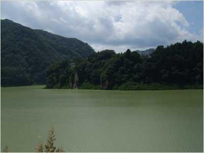 濁った赤谷湖